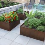 Kvadratiske plantekasser i cortenstål